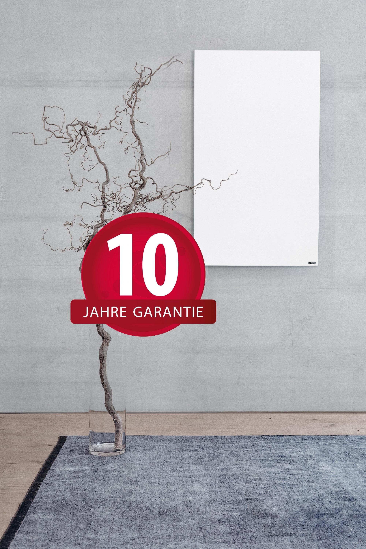 10 Jahre Garantie -Button auf einem Foto mit der weißen WE-Line von Redwell Infrarotheizungen